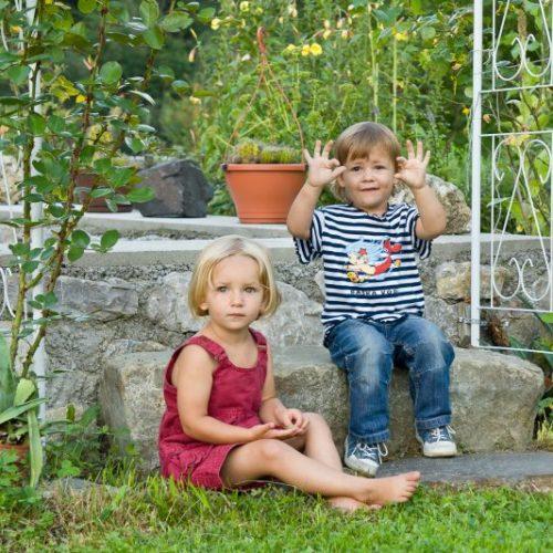 Kinder spielen im hauseigenen Garten